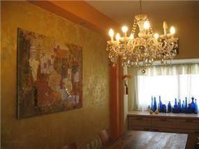 דופלקס - קיר פינת האוכל בצביעה אומנותית גוון זהב