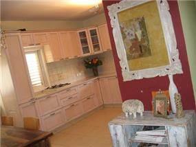 דופלקס -  רהיטים משודרגים ליד מטבח מעץ מייפל