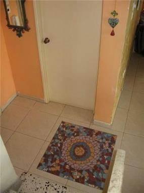 פסיפס בעבודת יד, רצפת הכניסה לבית