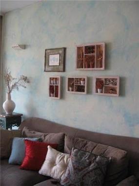 דופלקס - קיר הסלון בצביעה אומנותית בגוון תכלת