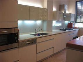 דירה בהרצליה- תאורה מעל ומתחת לקלפות במטבח