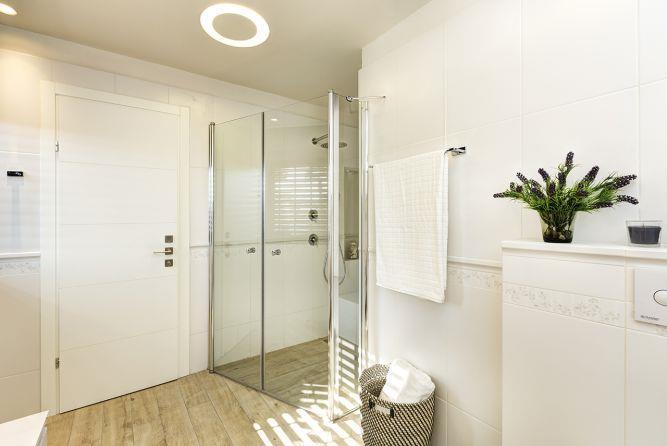 חדר רחצה בסגנון מודרני, עוצב ע''י ענת רגב - אדריכלות אחרת