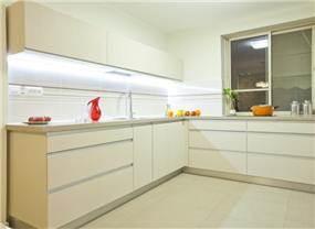 מטבח בסגנון מודרני- פורמיקה עם ידיות אינטגרליות.