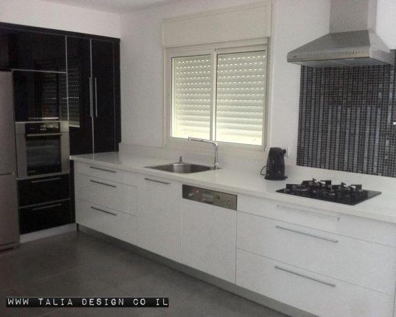 עיצוב ותכנון טליה כהן אבוטבול - מטבח מודרני בגוונים שחור לבן - חזיתות זכוכית שחורה בשילוב ארונות שלייפלאק לבנים