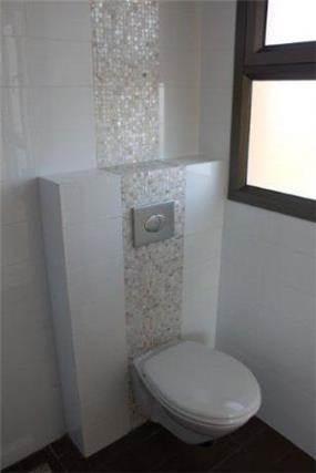 מקלחת הההורים - מראה עדין נעים ונקי. אריחים לבנים מבריקים בשילוב אריחי פסיפס פנינה. הריצוף, גרניט פורצלן דמוי פרקט.