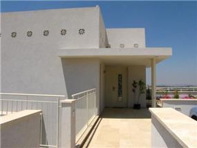 חזית כניסה-בית קהן כפר אוריה. חכם בן - צבי אדריכלים
