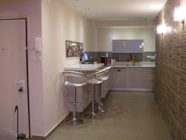 קיר בריקים במטבח דירה בגבעתיים, עיצוב שוש פנקס