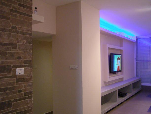 עיצוב בגבס ותאורת לד כחולה במזנון הסלון, עיצוב שוש פנקס