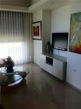 סלון מחודש בדירה תל אביבית בסגנון קלאסי. עיצוב: שוש פנקס