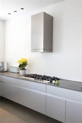 """מטבח מעוצב בסגנון מודרני, ע""""י יניב סולומון - אדריכלות ועיצוב פנים"""