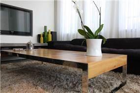 עיצוב מודרני לחדר מגורים, הכולל שולחן קפה, ספה, פלזמה ושטיח. יניב סולומון - אדריכלות ועיצוב פנים