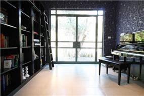 עיצוב מרשים לחדר עבודה בסגנון מודרני, הכולל ספריה גדולה במיוחד. יניב סולומון - אדריכלות ועיצוב פנים