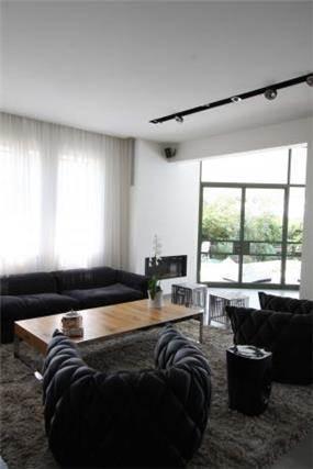 סלון מודרני הכולל ספה, שולחן, שטיח ו 2 כורסאות. לאירוח מושלם. יניב סולומון - אדריכלות ועיצוב פנים