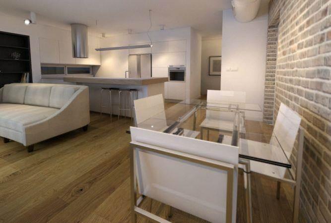 רצפת עץ בגוון אגוז בסלון לבן, עיצוב יניב סולומון