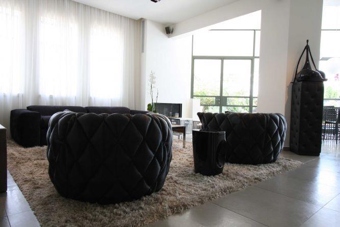 סלון יוקרתי בגווני שחור וחום, בעיצוב מודרני ומפואר. יניב סולומון - אדריכלות ועיצוב פנים