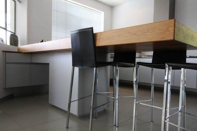פינת ישיבה קטנה במטבח. עיצוב מודרני של יניב סולומון - אדריכלות ועיצוב פנים