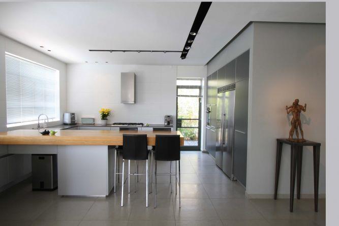 מבט מן הסלון אל המטבח. עיצוב מרשים ומודרני של יניב סולומון - אדריכלות ועיצוב פנים