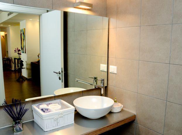 אמבטיה בסגנון כפרי בדירה במרום נווה, עיצוב מיכלס - כספי אדריכלות ועיצוב פנים