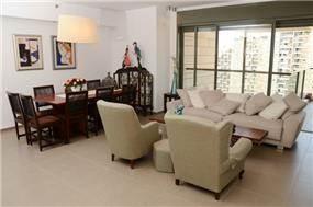 עיצוב חלל מגורים הכולל סלון ופינת אוכל, לדירה ברמת גן. מיכלס - כספי אדריכלות ועיצוב פנים