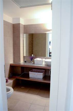 עיצוב אמבטיה בסגנון מודרני לדירה ברמת גן. מיכלס - כספי אדריכלות ועיצוב פנים
