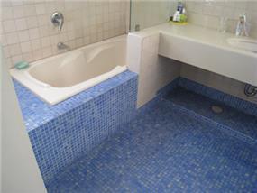 רצפת פסיפס בחדר אמבט בעיצוב ותכנון של מיכאל הדס
