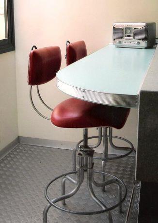 דלפק ישיבה בסגנון רטרו, רצפת מתכת מסוקסת