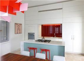 מטבח מודרני עם אי בתכנון ועיצוב אמיצי אדריכלים