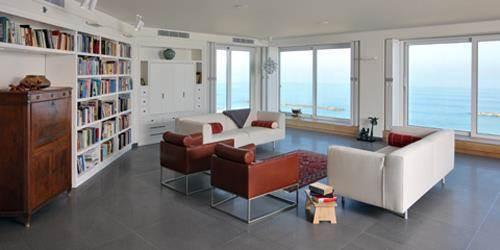 סלון בדירה על חוף ימה של תל אביב- מוזס פרידמן סטודיו