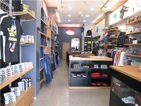 עיצוב חנות הלבשת גברים - מאניה ואדידס. שלומית בן-צור תכנון ועיצוב פנים