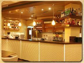 עיצוב מרשים לבר שתיה - בבית הקפה גורילה בבת ים. שלומית בן-צור תכנון ועיצוב פנים
