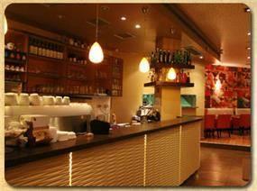 בר בית קפה בבת ים, בעיצוב מרשים וייחודי. שלומית בן-צור תכנון ועיצוב פנים