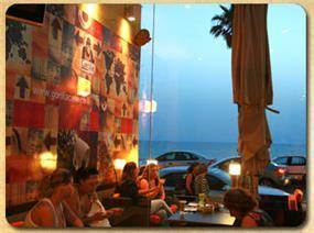 עיצוב אזור ישיבה במסעדה, הכולל טפט המותאם למקום. שלומית בן-צור תכנון ועיצוב פנים