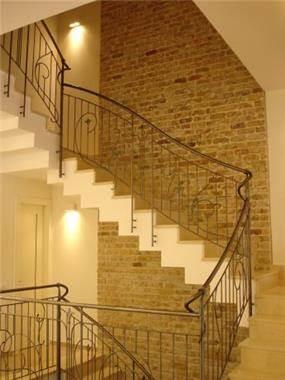 מדרגות עם מעקה מברזל, עיצוב רונה זגר