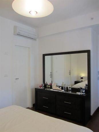 שידת איפור שחורה העשויה עץ בחדר שינה הורים, עיצוב מגי דוידוב