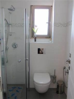 חדר רחצה עם מקלחון בעיצוב מגי דוידוב