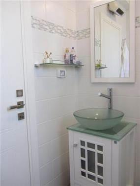 כיור מזכוכית בשירותי אורחים, עיצוב מגי דוידוב