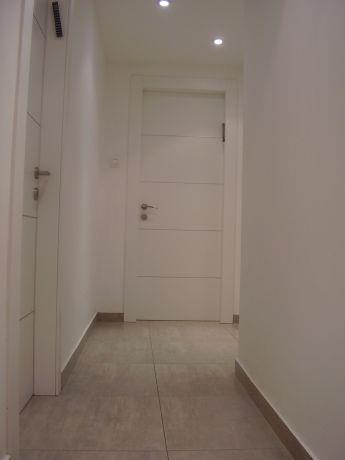פרוזדור הכניסה לחדרים מעוצב במראה לבן ונקי. עיצוב: מגי דוידוב