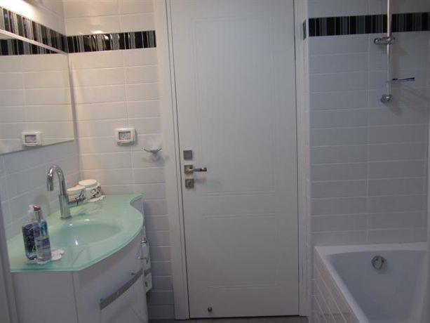 חדר רחצה בגווני לבן ואפור בעיצוב מגי דוידוב
