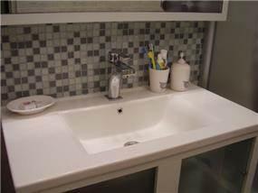 חדר אמבטיה מעוצב בשילוב אריחי פסיפס דקורטיביים. עיצוב: מגי דוידוב