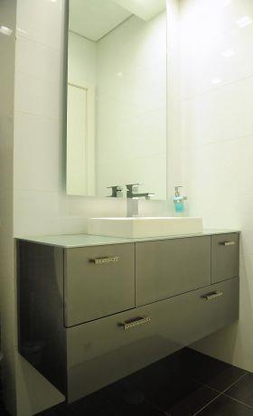 ארון אמבטיה מבריק תלוי, עיצוב חני פוקס