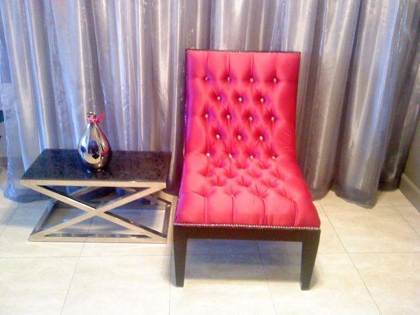 כורסא מרופדת בסטן ורוד קפיטונג משובץ אבני חן