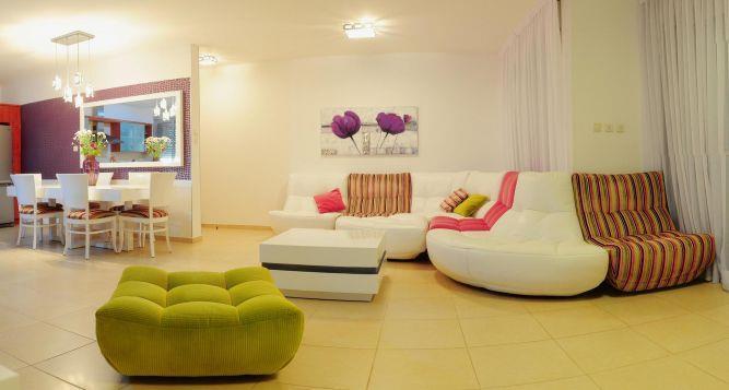 סלון מודולרי משולב עור ובד פסים בדירה במרינה באשדוד. עיצוב חני פוקס