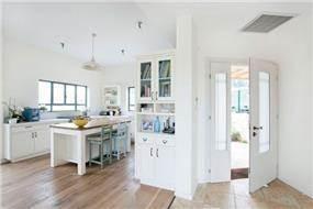 מבט למטבח ולמבואת הכניסה, עיצוב סטודיו דולו