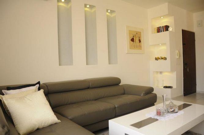 סלון בסגנון מודרני עם נישות דקורטיביות מיוחדות