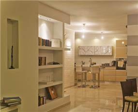 מבט למטבח הכולל ארונות גבוהים עם זכוכית מאויירת. עיצוב: i.m design