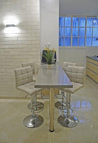 פינת אוכל בסגנון מודרני המורכבת משולחן בר וכסאות גבוהים. עיצוב: i.m design
