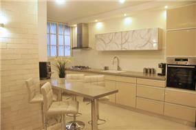 מטבח בהיר ומודרני בגווני שמנת ובייז'. עיצוב: i.m design