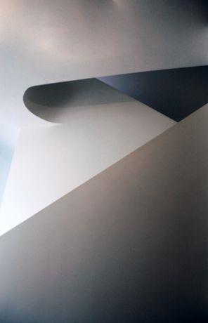 מעקה פיסולי בנוי לגרם מדרגות. עיצוב: טולדו ליפשיץ אדריכלות ועיצוב