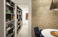 מבט אל פינת אוכל והסיפרייה בעיצוב מודרני מנימליסטי - BLV תכנון ועיצוב פנים - זהר בן לביא