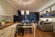 מבט למטבח ולחלל המגורים בדירה קטנה בעיצוב מודרני - BLV תכנון ועיצוב פנים - זהר בן לביא